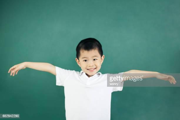 Bras de garçon tendant en salle de classe