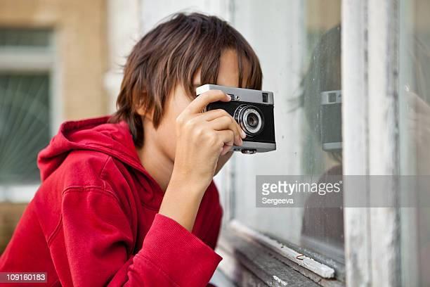 Junge aufgenommen durch ein Fenster