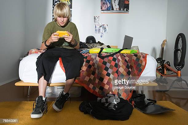 Un niño jugando un videojuego