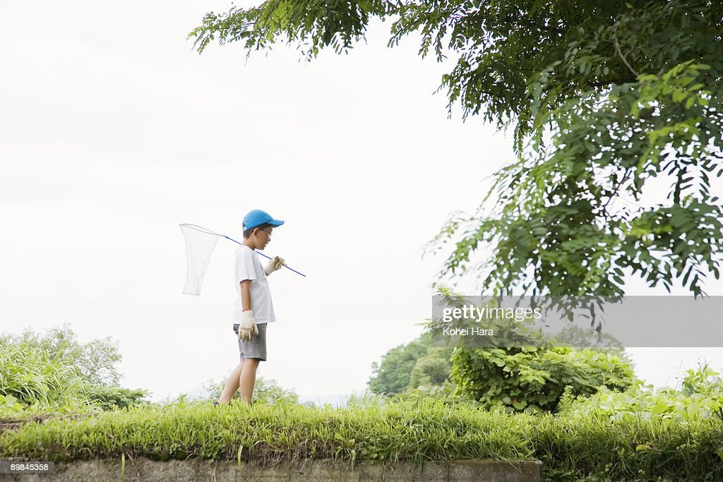 boy playing at countryside : ストックフォト