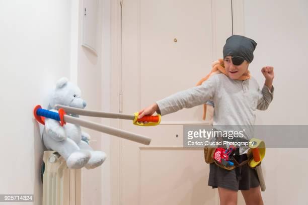 boy playing at home dressed up like a pirate - esgrima esporte de combate - fotografias e filmes do acervo