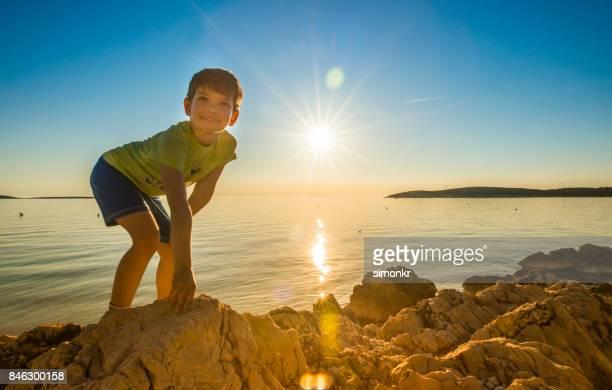 """Jongen spelen op strand """"n"""