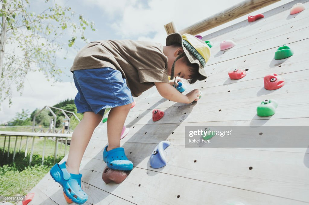 Jungen spielen Bouldern : Stock-Foto