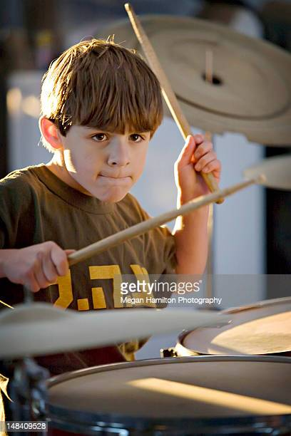 boy playing drums - hamiltonmusical stockfoto's en -beelden