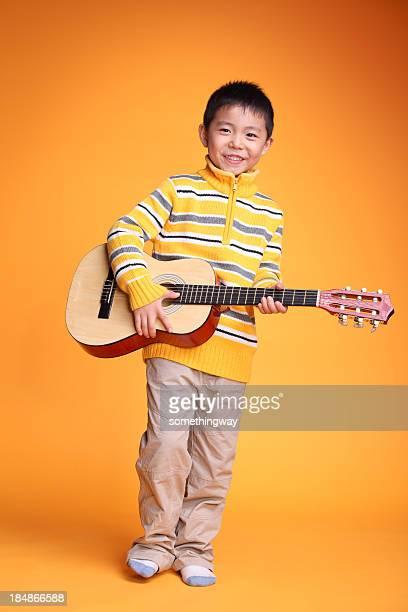 ギターで遊ぶ少年 - ギタリスト ストックフォトと画像
