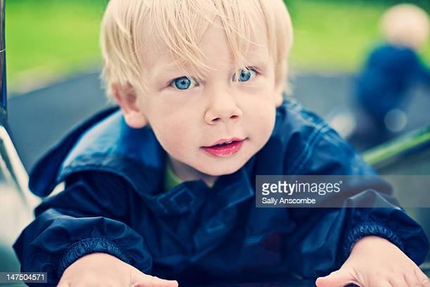 boy playing in park - menino loiro olhos azuis imagens e fotografias de stock