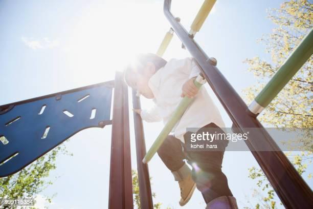 公園で遊んでいる少年。