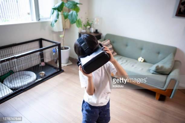 vrゴーグルで屋内で遊ぶ少年 - ブルートゥース ストックフォトと画像