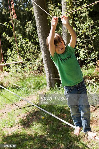 Junge spielt auf Hochseil im Freien