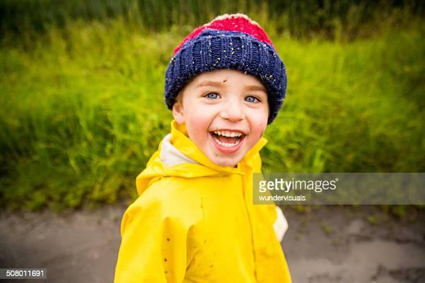 Niño jugando afuera en un día de lluvia