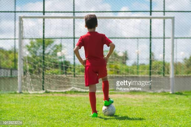 menino jogando futebol na quadra - só um menino - fotografias e filmes do acervo