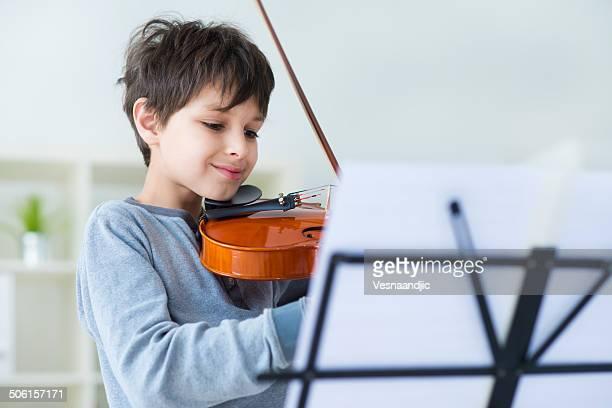 少年がバイオリンを演奏する