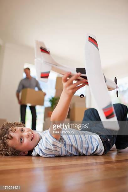 Petit garçon jouant avec avion à nouveau chez