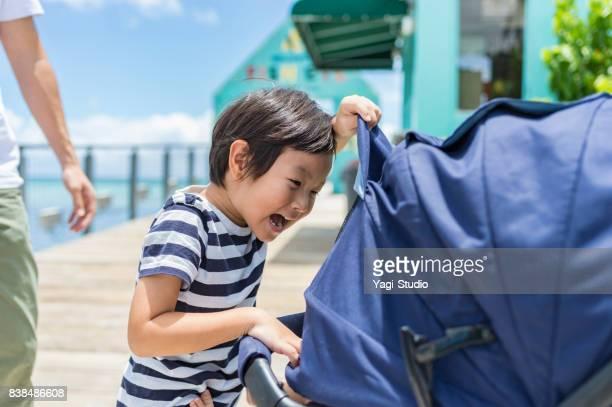 赤ちゃんと遊ぶ少年