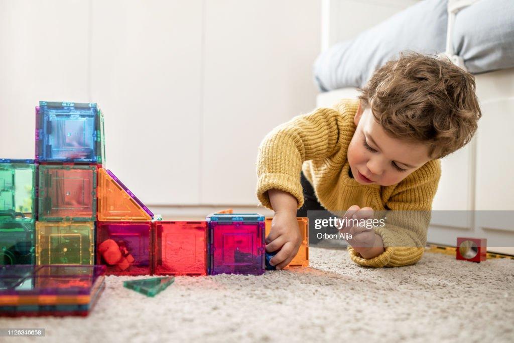 Jungen spielen mit Bausteinen : Stock-Foto