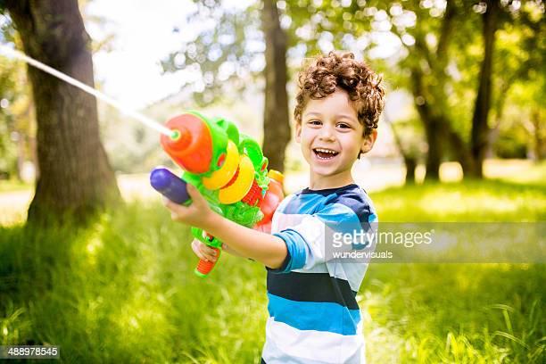 Petit garçon jouant avec Pistolet à eau