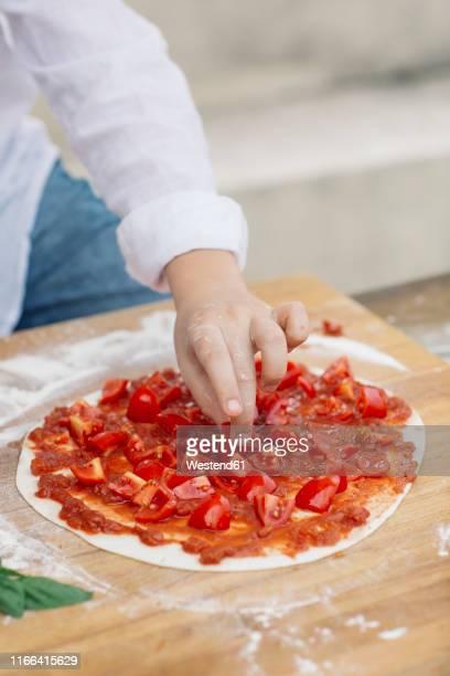 boy prepairing pizza - accompagnement photos et images de collection