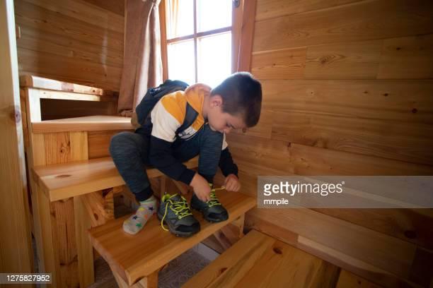 jongen die voor een eerste dag van school voorbereidingen treft - alleen één jongen stockfoto's en -beelden