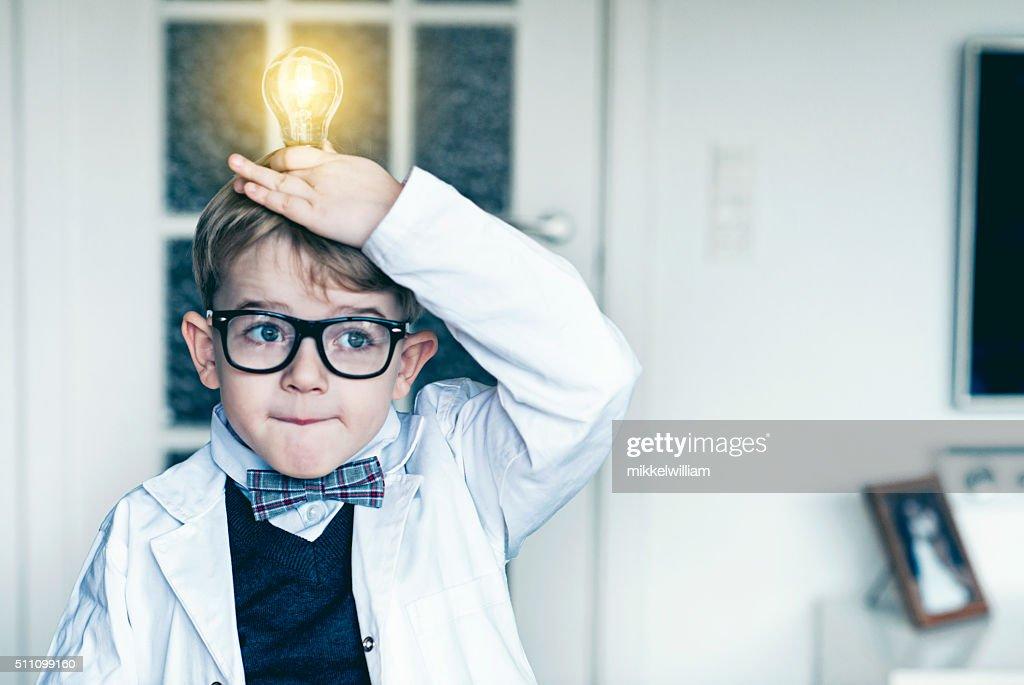 Garçons met ampoule au-dessus de la tête et fait une idée : Photo