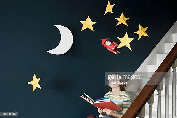 un niño leyendo un libro - fantasía fotografías e imágenes de stock