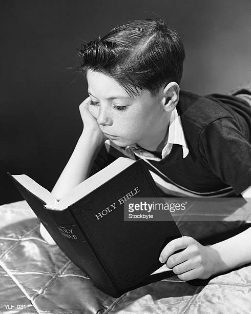 Petit garçon lecture Bible