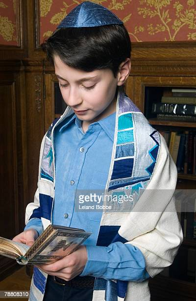 boy reading from torah - jewish prayer shawl ストックフォトと画像