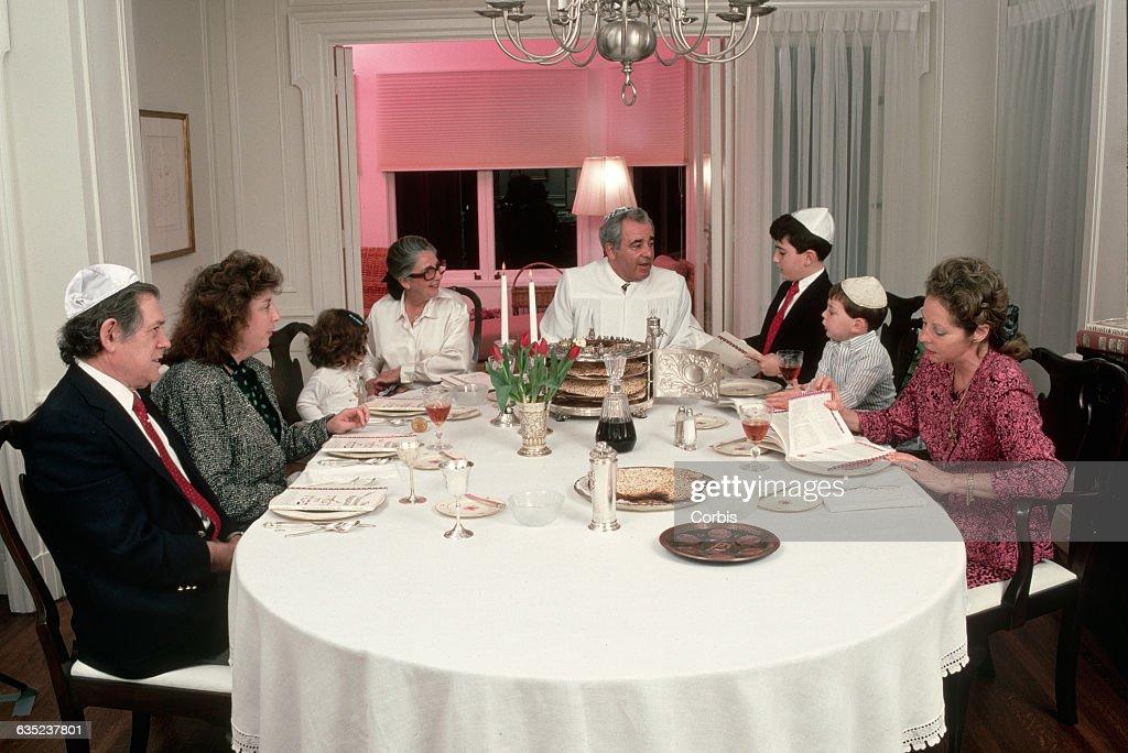 Jewish Family Celebrating Seder : News Photo