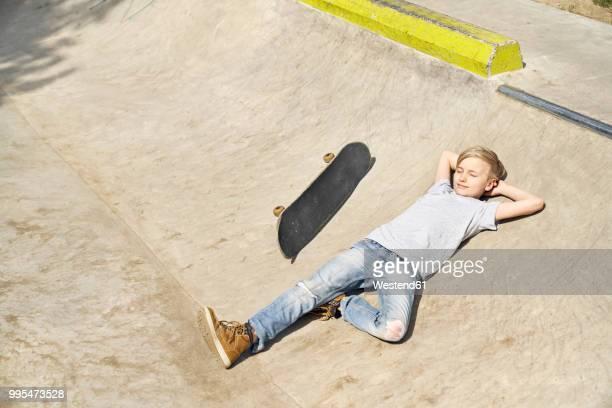 boy relaxing in skatepark - ein junge allein stock-fotos und bilder