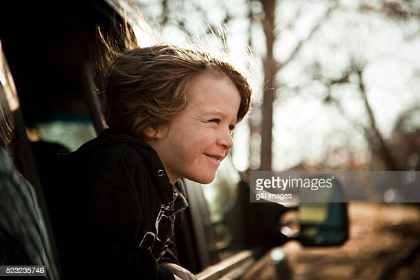 boy riding as passenger in back of car - kind im grundschulalter stock-fotos und bilder