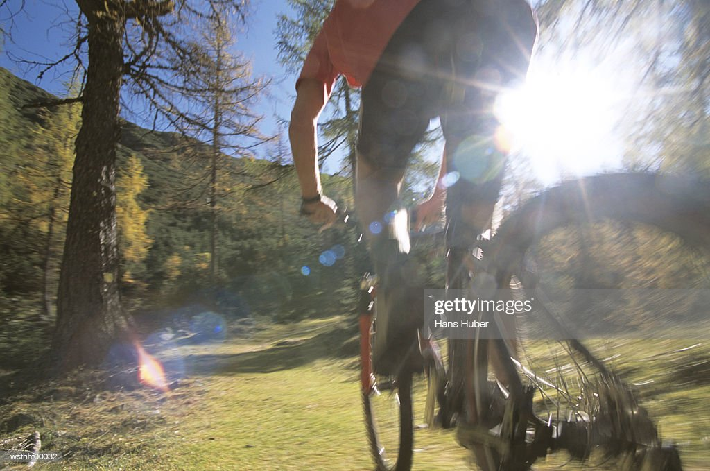 Boy riding bicycle, low angle view : Foto de stock