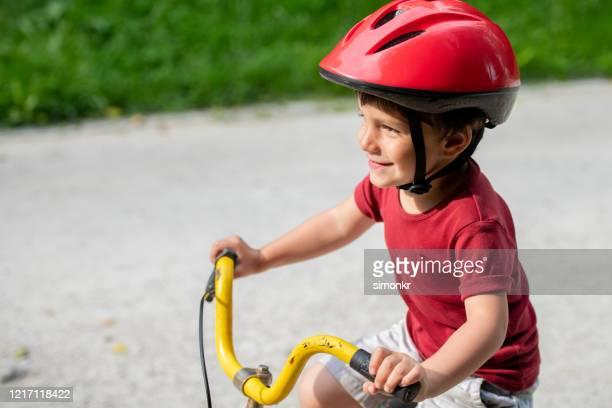 自転車に乗って少年 - 男児1人 ストックフォトと画像