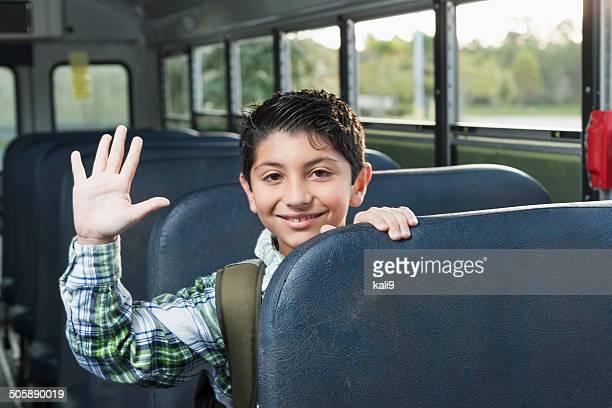 Boy riding autobús de colegio
