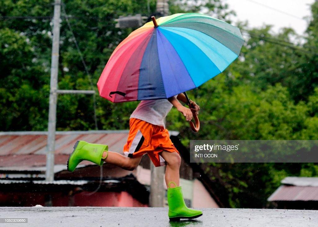 TOPSHOT-NICARAGUA-RAINS-FLOODS : News Photo