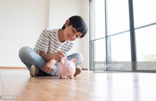 Jongen geld te besparen in een spaarpot