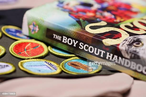 boy scout handbuch mit verdienst abzeichen schärpe - pfadfinder stock-fotos und bilder