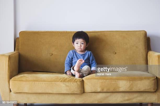 一人でソファに座っている男の子