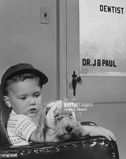 boy sitting with dog and waiting outside dentist cabin - {{relatedsearchurl(carousel.phrase)}} ストックフォトと画像
