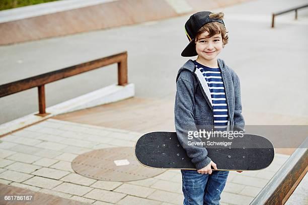 boy skateboard looking at camera smiling - 6 7 jahre stock-fotos und bilder