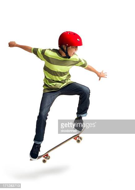 Garçon faire du skate-board sur fond blanc