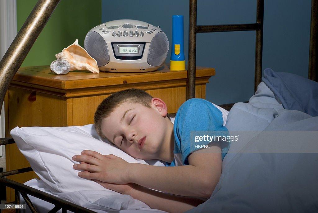 Ragazzo Dormire Nel Letto Con La Torcia Stereo Conchiglia Geode Foto Stock Getty Images