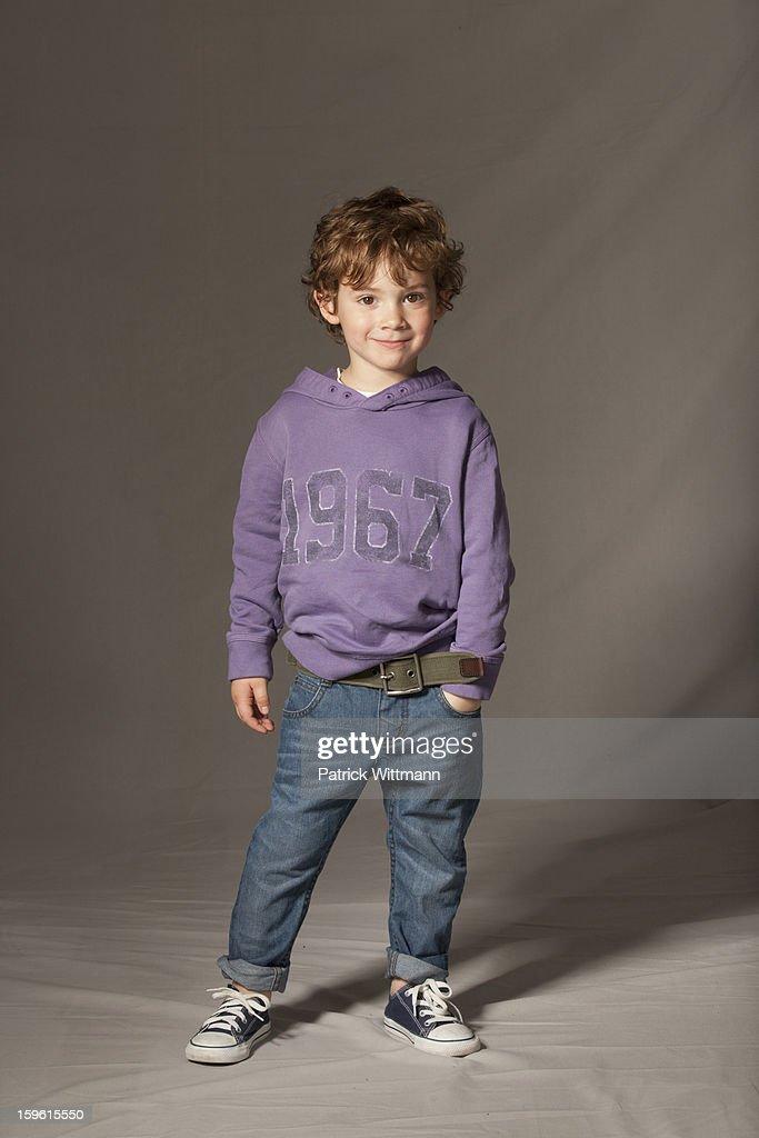 Boy smiling in studio : Stock-Foto