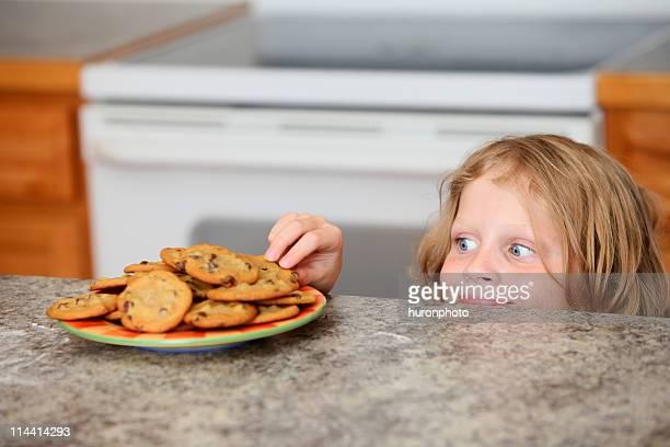 Junge sneeking ein cookie