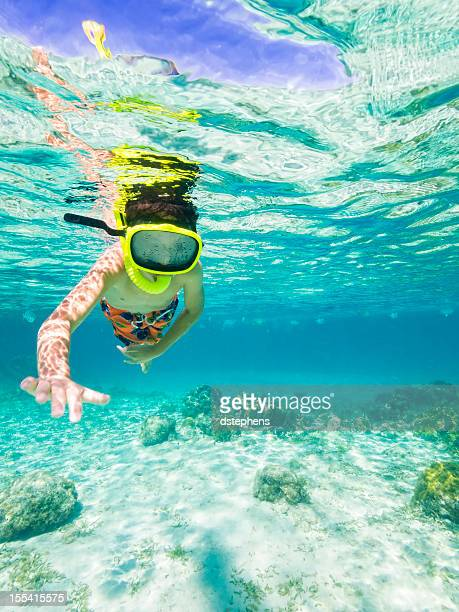 Boy buceo con esnórquel en el Mar Caribe