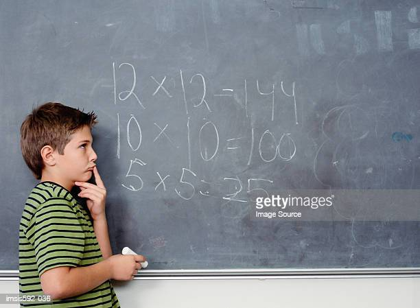 Jungen stehen in der Nähe von blackboard