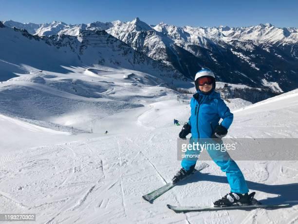 jongen die zich op sneeuwlandschap bevindt - alleen jongens stockfoto's en -beelden