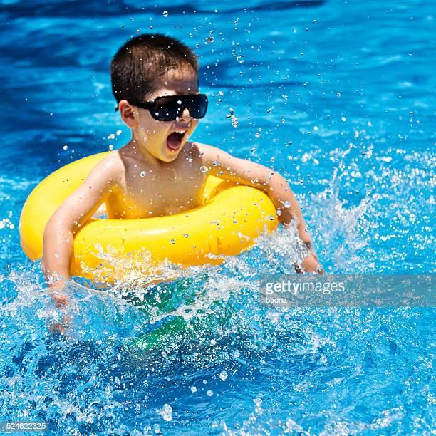 Menino nadar na piscina