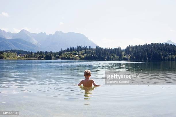 boy swimming in lake - stefanie grewel stock-fotos und bilder