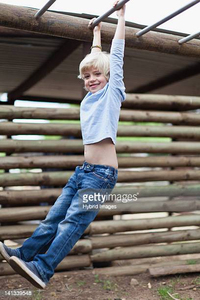 Menino balançar da Escada Horizontal
