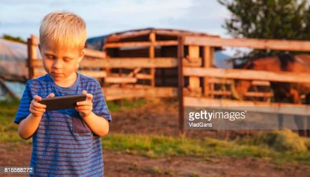Niño toma imágenes de la naturaleza