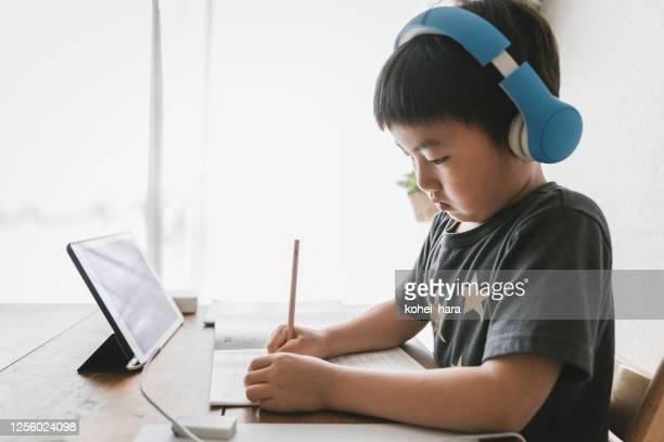 自宅でeラーニングコースを受講する男の子 - medical condition ストックフォトと画像